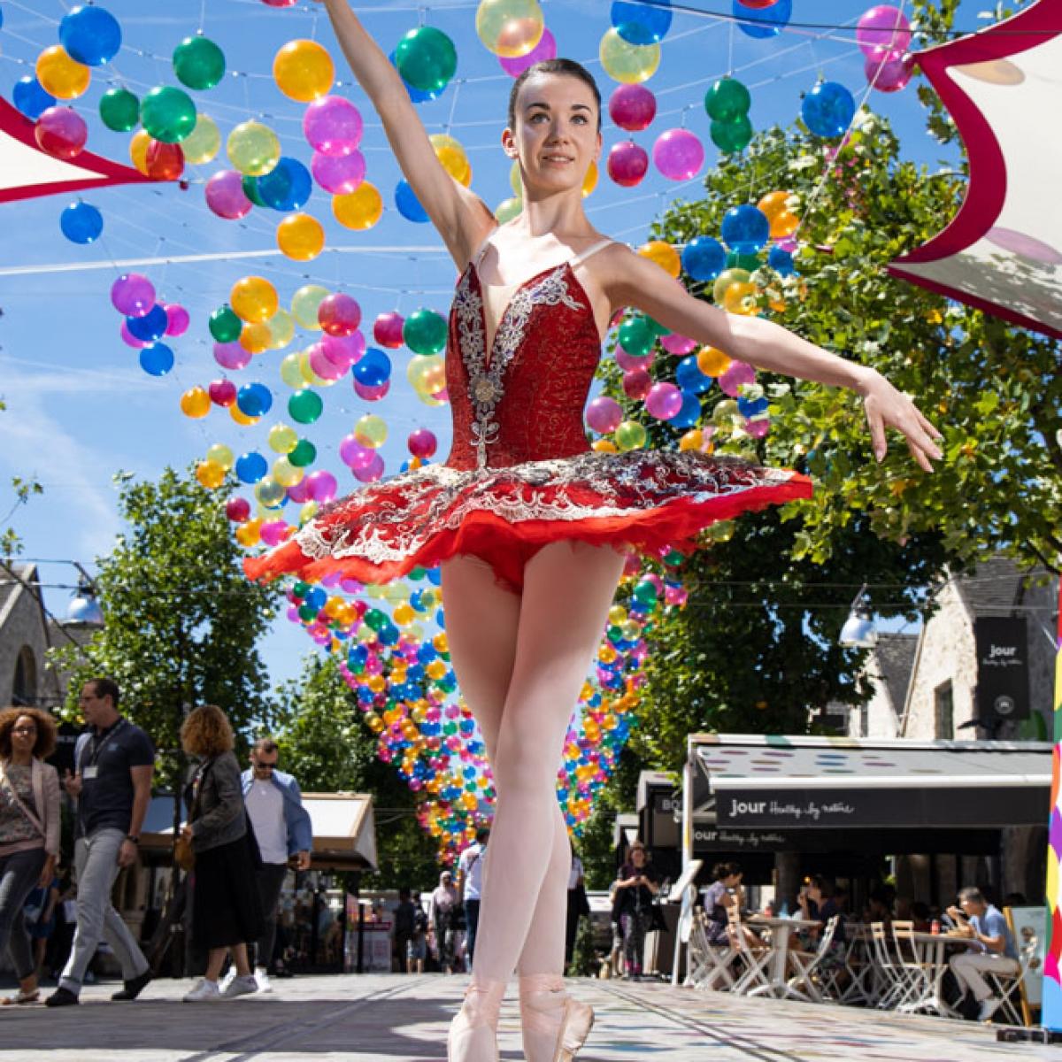 la danseuse exceptionnelle de ballet CYRIELLE JOST pendant notre deplacement dans les rue de BERCY VILLAGE Paris on a découvert des endroit manifique et chaleureux Crédit photo: © MARWAN MOUSSA / 2019