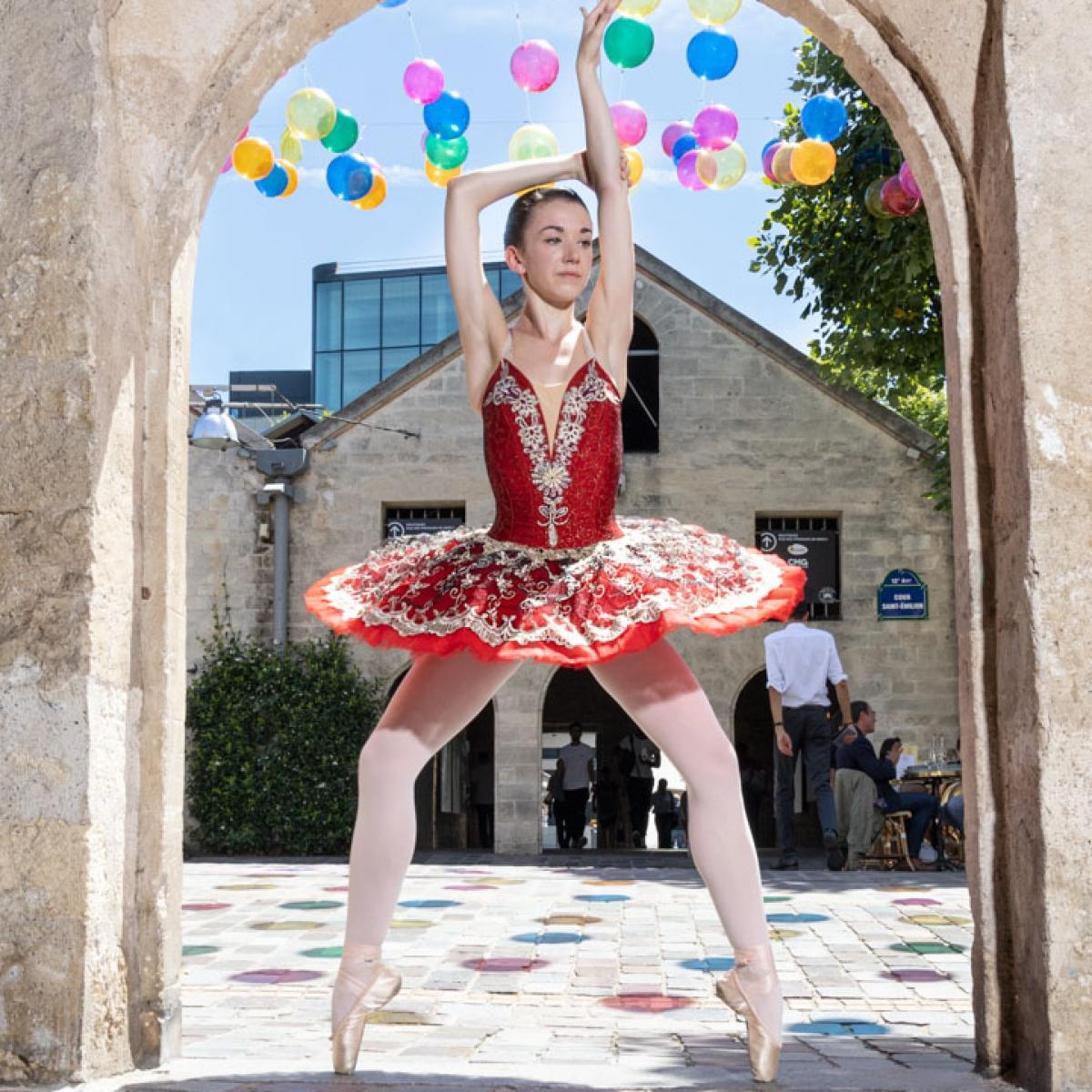 la danseuse exceptionnelle de ballet CYRIELLE JOST pendant notre deplacement dans les rue de BERCY VILLAGE Paris on a découvert des endroit manifique et chaleureux Crédit photo: © MARWAN MOUSSA / 2019 , مروان موسى, مصور